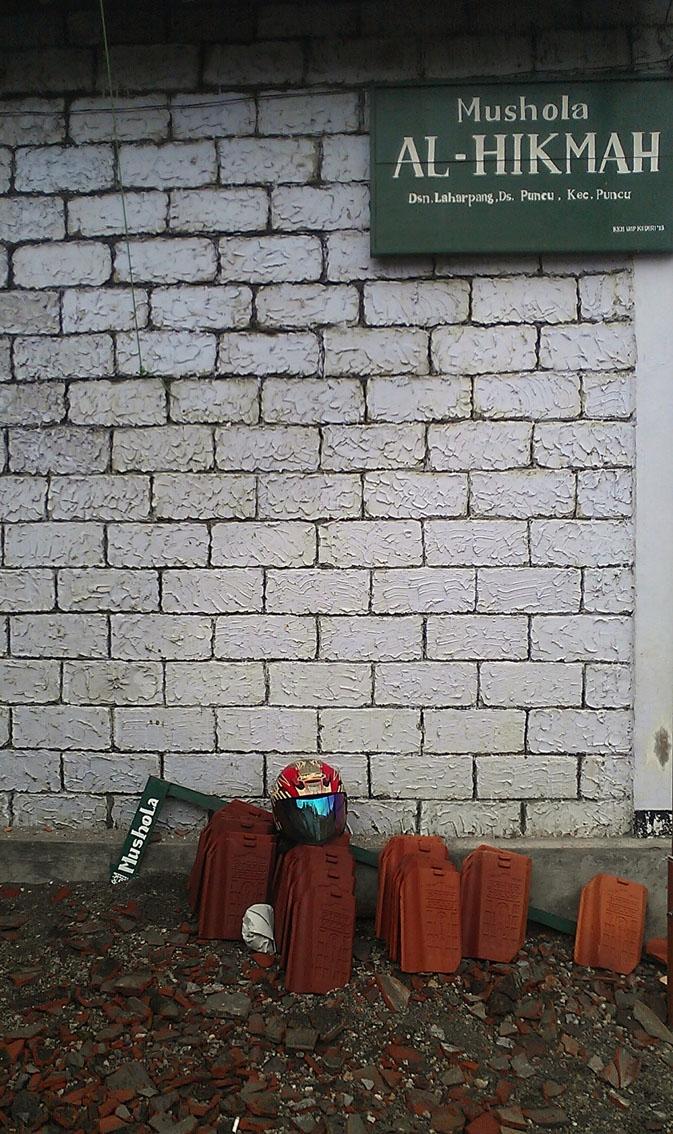Kelud Eruption: Roof Tiles