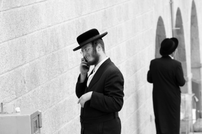 Haredi using kosher smart phone